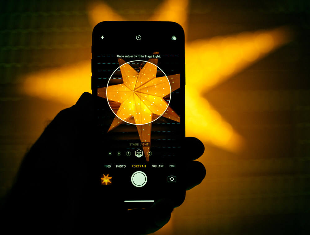 iPhone taking photo of star-shaped lamp. - 3d pictures iPhone