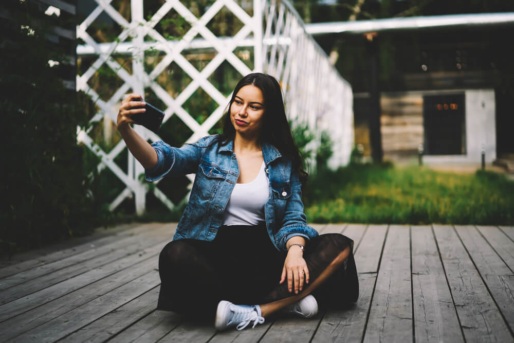 Girl taking a selfie using her iPhone - 3d pictures iPhone